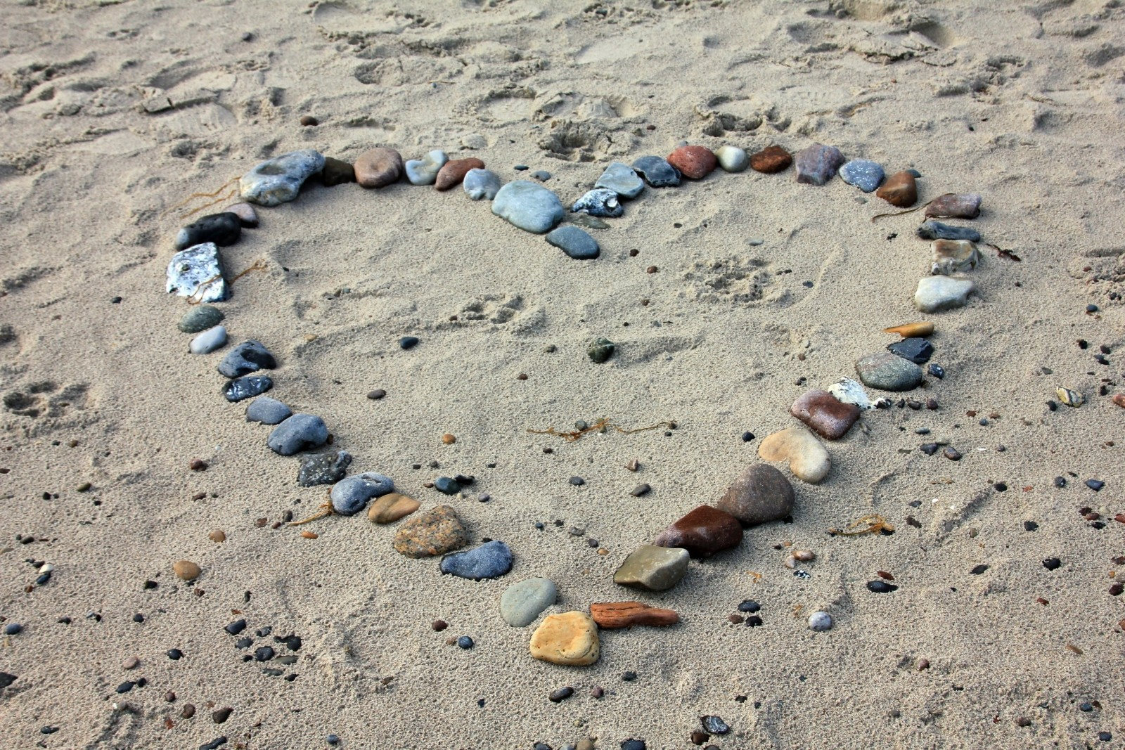 pebbles-in-heartshape-on-sand