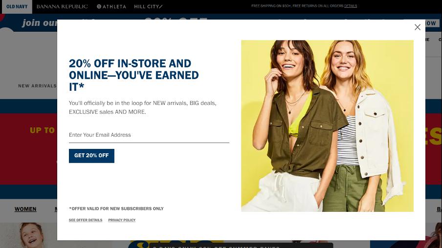 поп ап окно от Old Navy белого цвета со скидкой и двумя молодыми девушками в модной одежде на желтом фоне