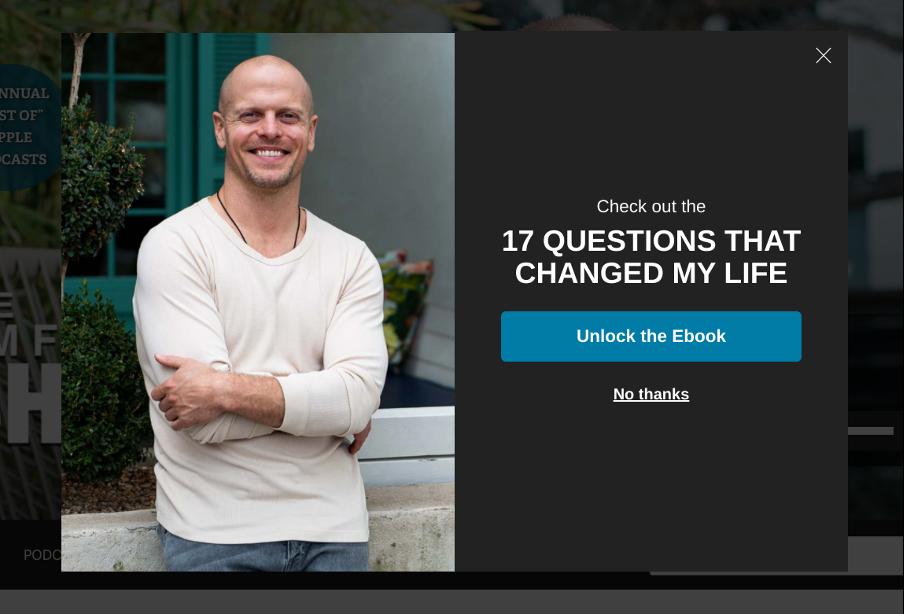 всплывающее окно на сайте с фотографией мужчины в белой блузе и окном, предлагающим бесплатную книгу