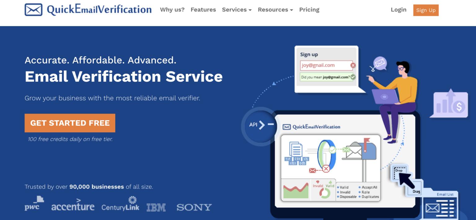 страница сайта верификации емейл адресов Quickemailverification в темно синем цвете с иллюстрацией парня сидящего на компьютере