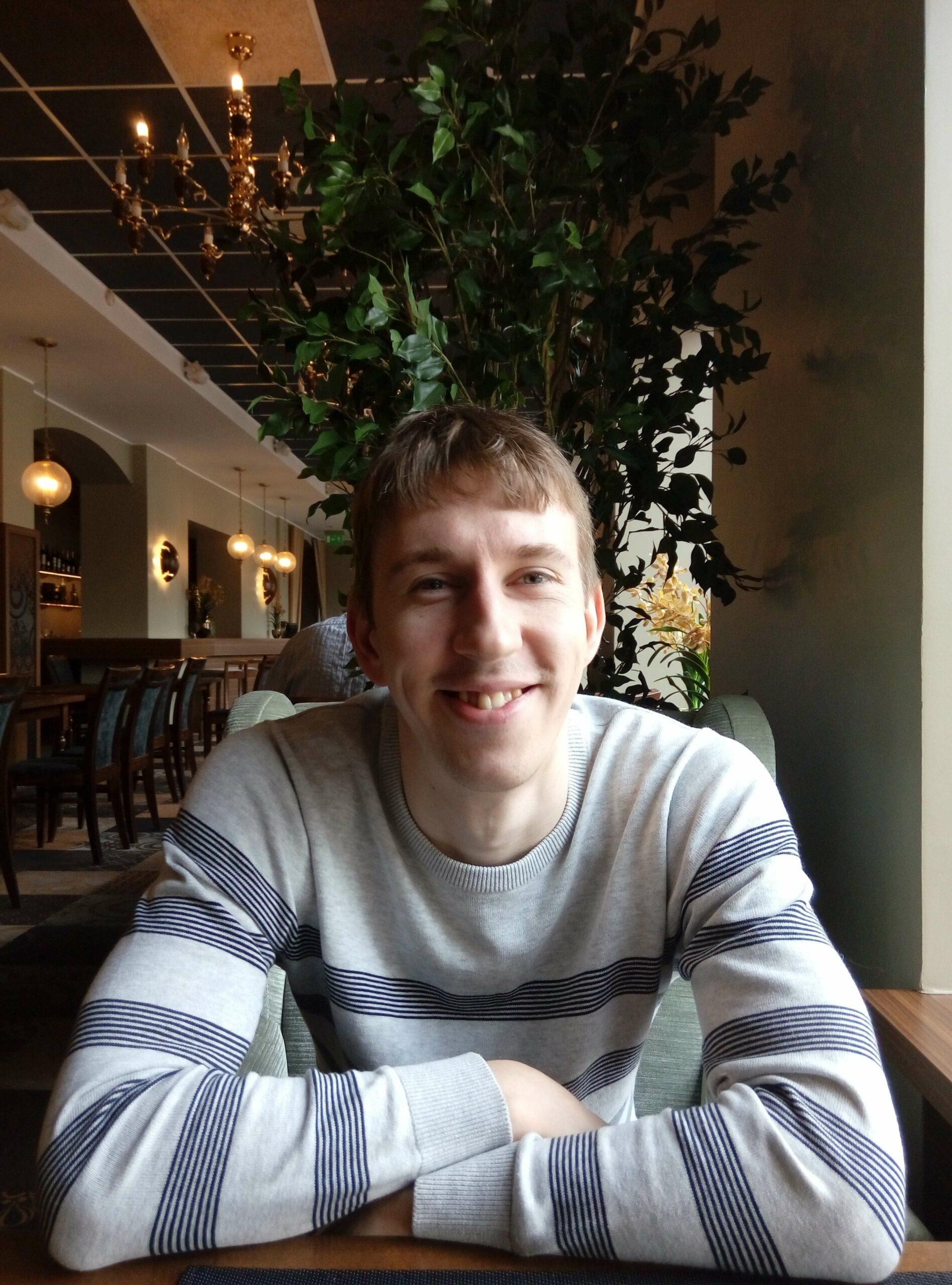 Алексей Ефимов сидит за столом