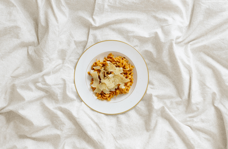 Тарелка с едой на белой скатерти