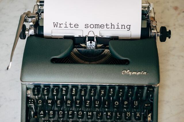 пишущая машинка с белым листом бумаги