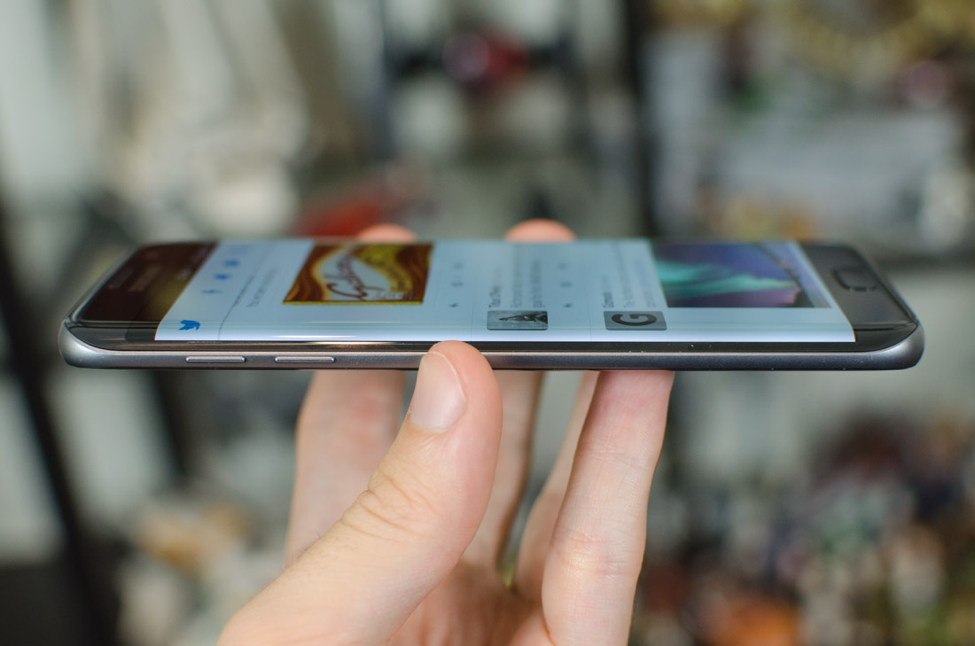 Samsung-Galaxy-S7-widziany-z-boku
