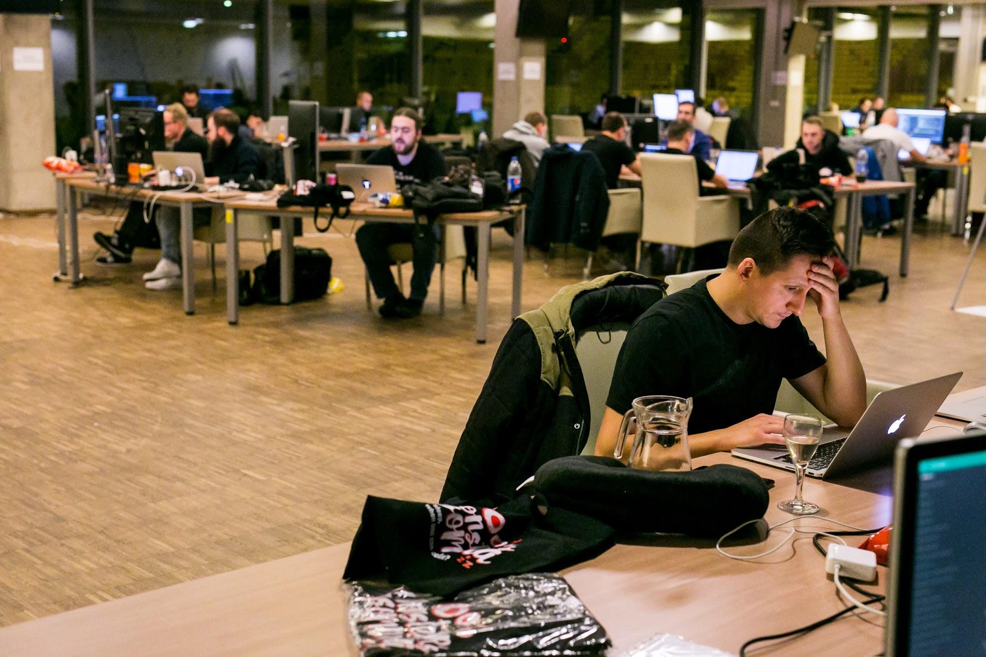 Programisci-pracuja-monster-insomnia