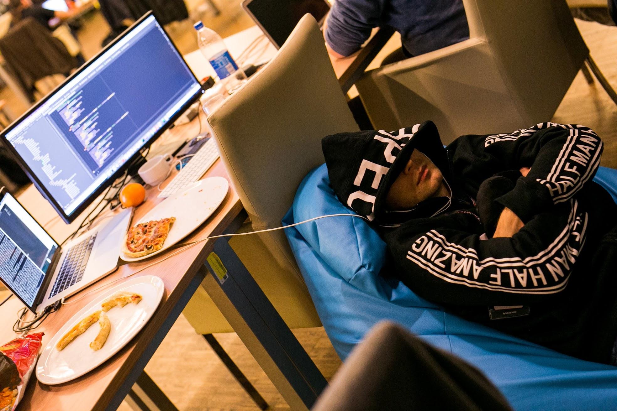 sen-przy-biurku-monster-insomnia