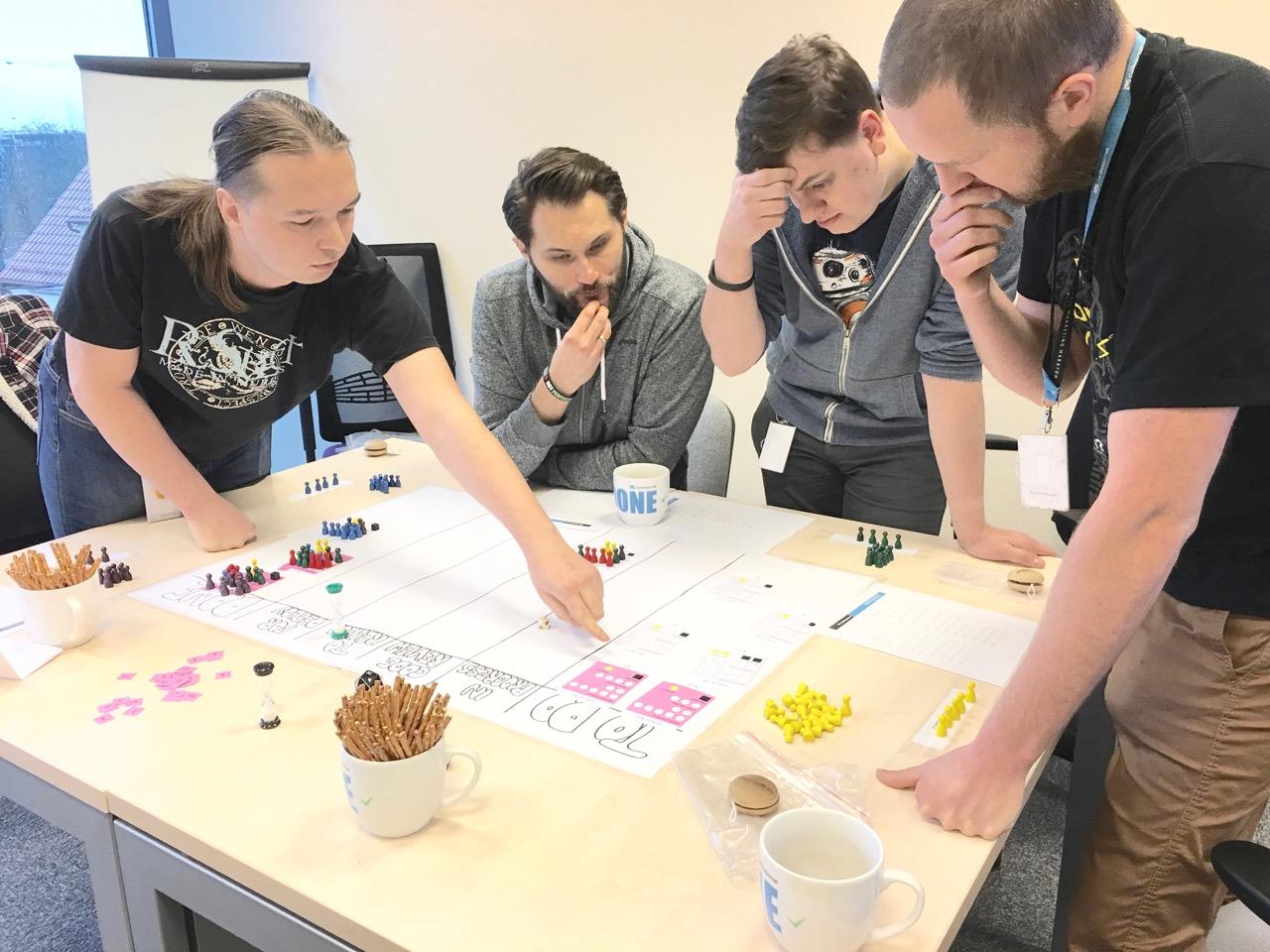 uczestnicy-gry-nad-stolem