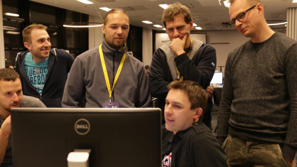 uczestnicy-naradzaja-sie-przed-monitorem
