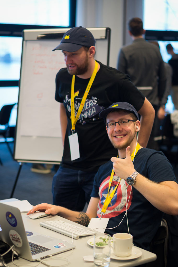 uczestnicy-przed-komputerem