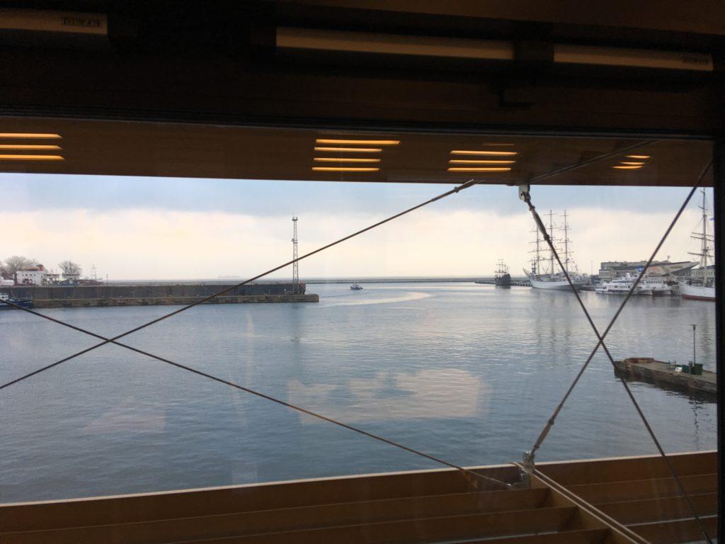 widok-zza-okna-na-morze