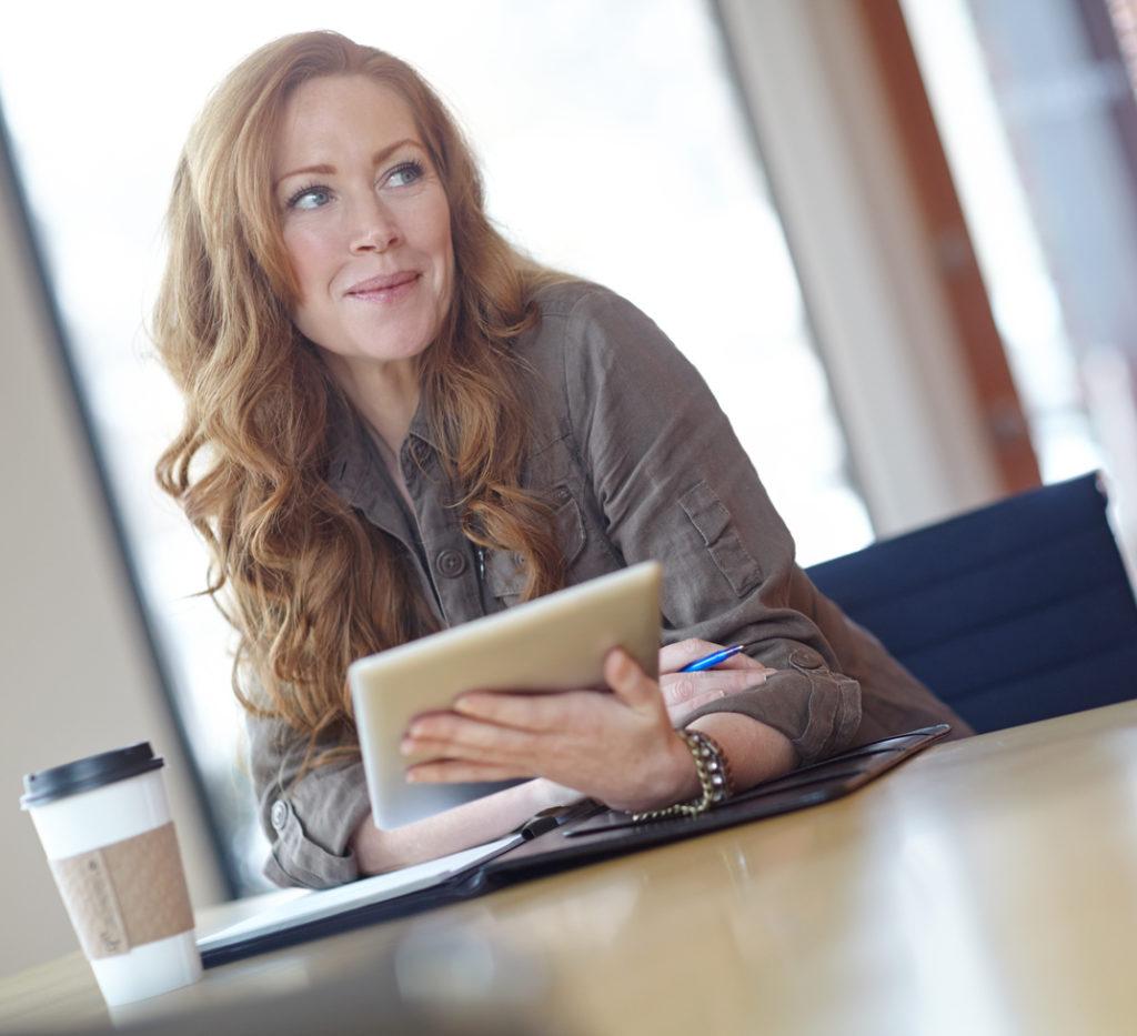 kobieta-przed-laptopem