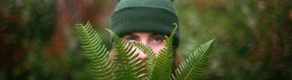 Женщина, которая наблюдает за кем-то или чем-то в лесу