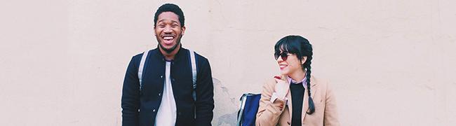 Девушка и парень, которые являются постоянными, лояльными и счастливыми клиентами