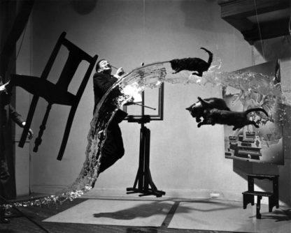Черно-белая абстрактная фотография в студио с Сальвадором Дали