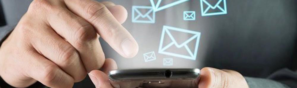 Мужчина проверяет или отправляет емейл сообщения