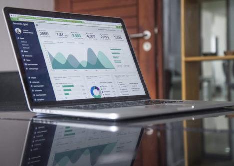 Компьютер со статистикой на экране, которую могут анализировать маркетологи благодаря автоматизации маркетинга