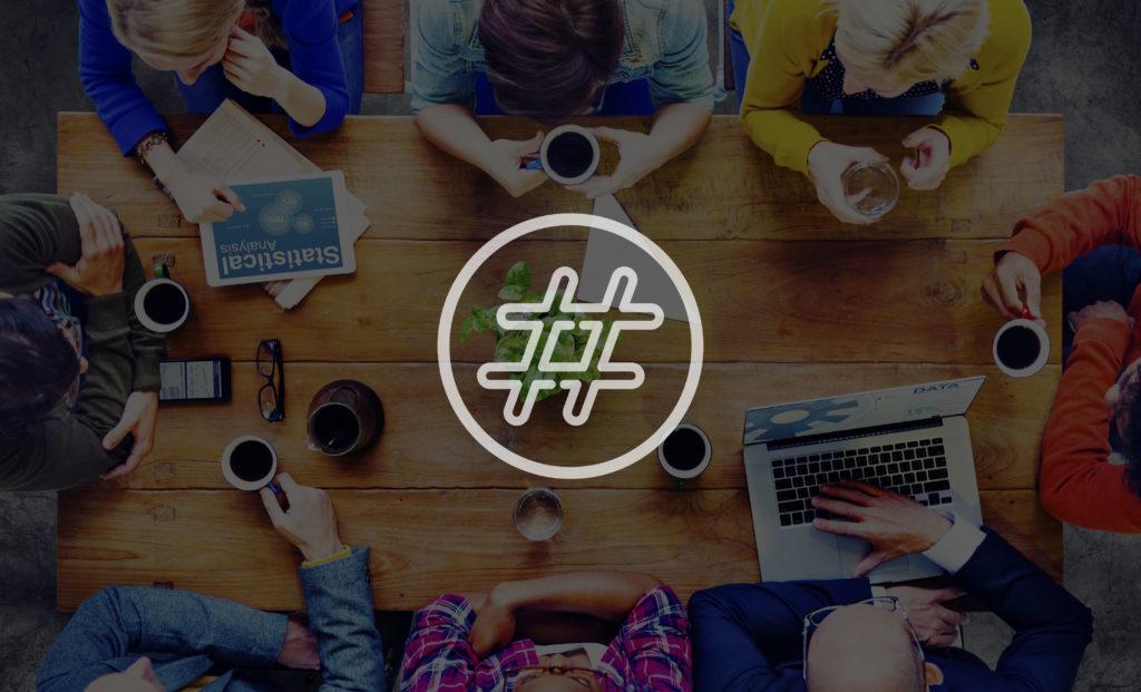 Группа людей, которая сидит за столом и просматривает качественный контент для пользователей