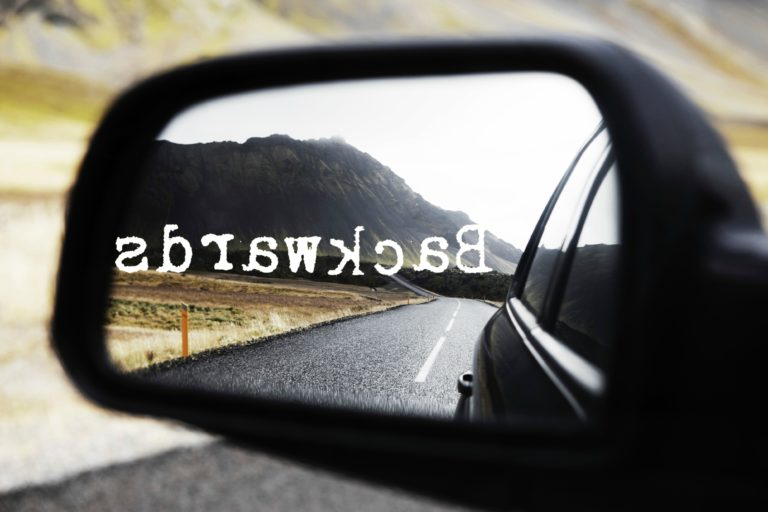 Фраза в обратном порядке, которая отображается в автомобильном зеркале