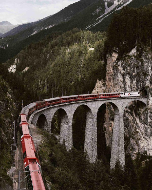 Поезд в высоких горах, во время путешествия на котором могут появиться творческие идеи