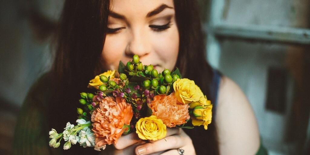 счастливая девушка с букетом цветов