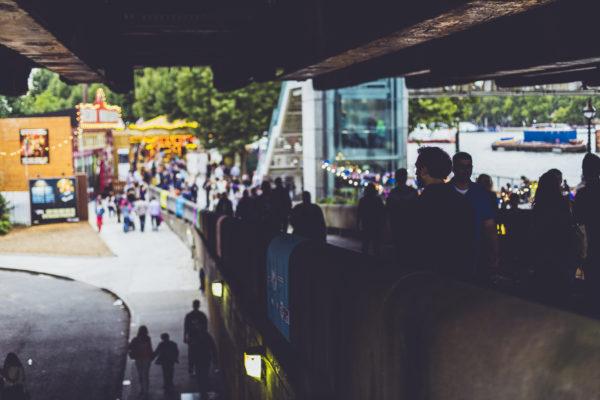 Парк, где встречаются и проводят время различные люди