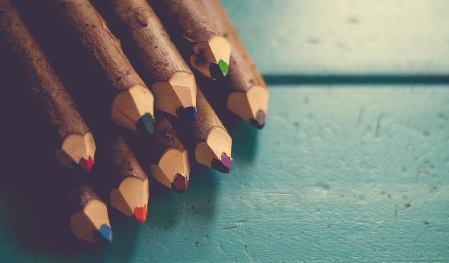 Цветные карандаши на столе