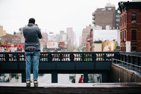 блоггер с аппаратом, который делает фото на свою страничку в соц.сетях