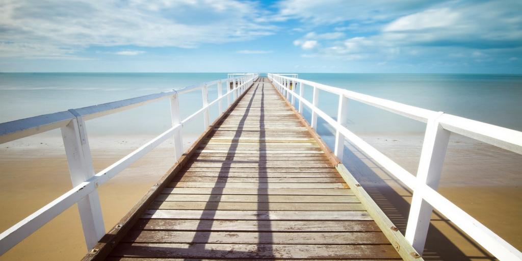 Деревянный мост, окруженный красивым океаном