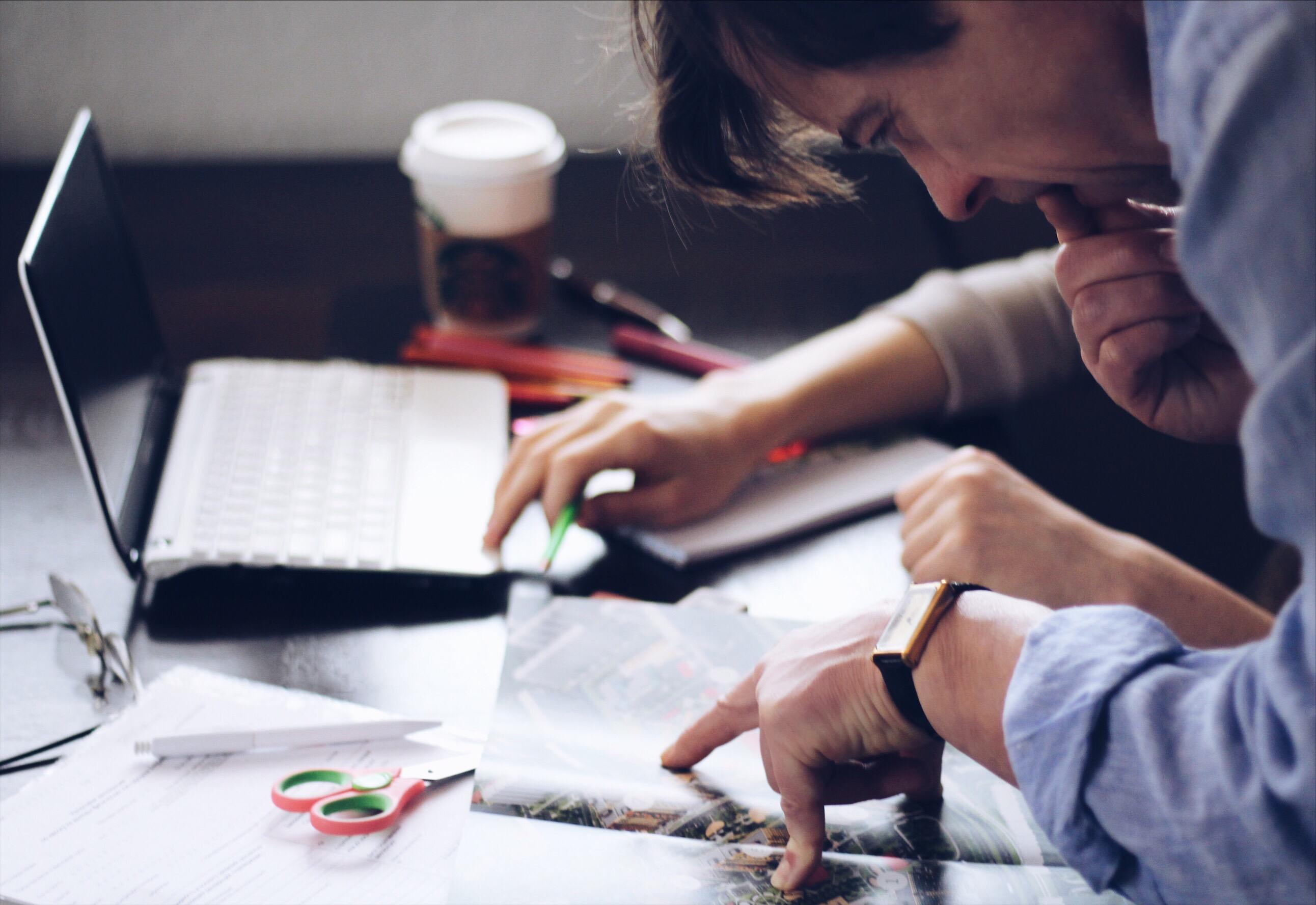 Маркетолог, планирующий емейл-кампании