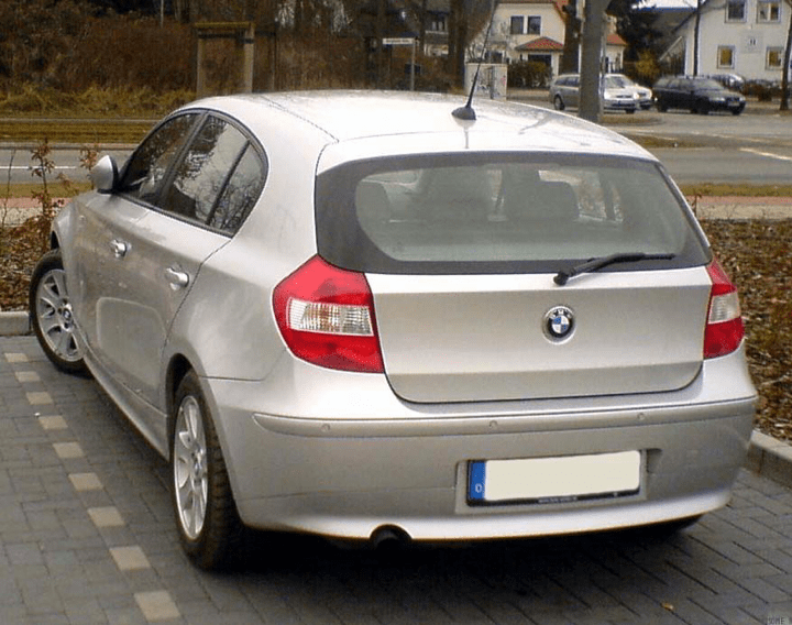 БМВ 1 серия (BMW 1) 2018 модельного года, цвет белый минерал, вид сзади