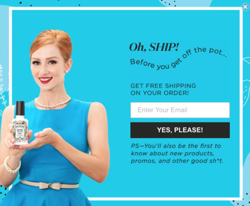 девушка в синем платье презентует на ладони продукт